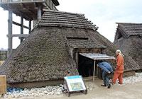 竪穴住居を見学