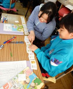 児童は英語を使った活動を楽しそうに行っている