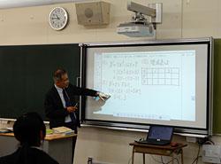 授業支援ツールも活用。ワークシートを提示して書き込む