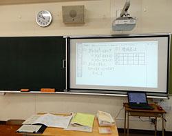 全教室に提示環境を整備。湾曲黒板にも設置できるスクリーンの幅は自由に調整できる