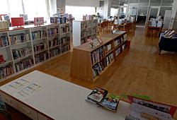 現在はカウンター前の書架が低く、館内の奥まで見渡せるようになった。PCルームも隣接