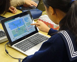 図書室に1人1台PC環境を設置して学習者用デジタル教材を活用している