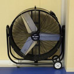 体育館ギャラリーに2台を常設。冬場に暖房を対流させる目的でも使用